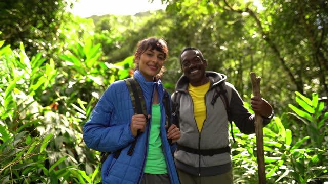 vídeos de stock, filmes e b-roll de retrato de uma jovem e um homem mais velho caminhando juntos - ecoturismo