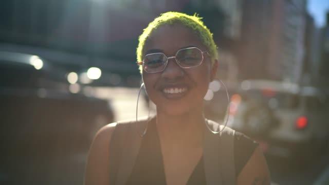 vidéos et rushes de verticale d'une jeune femme à la ville - la vingtaine
