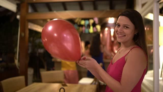 vidéos et rushes de verticale d'une jeune femme font sauter le ballon à une partie d'anniversaire - anniversaire d'un évènement