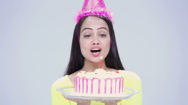 vídeos de stock e filmes b-roll de portrait of a young woman celebrating birthday  - soprar
