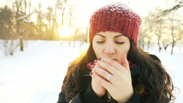 stockvideo's en b-roll-footage met portret van een jonge vrouw in een koude winterdag. - zichtbare adem