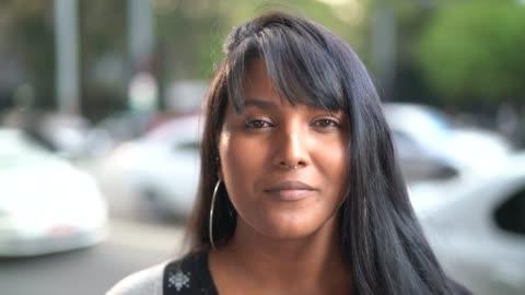 vidéos et rushes de portrait d une jeune femme dans la ville - cadrage à la taille