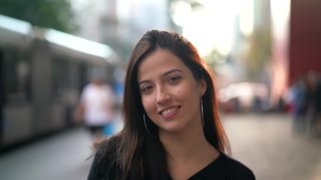 街で若い女性の肖像画