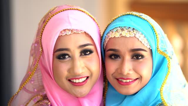 Porträt einer jungen Frau in die muslimische Kleidung und schönen Kopfschmuck.