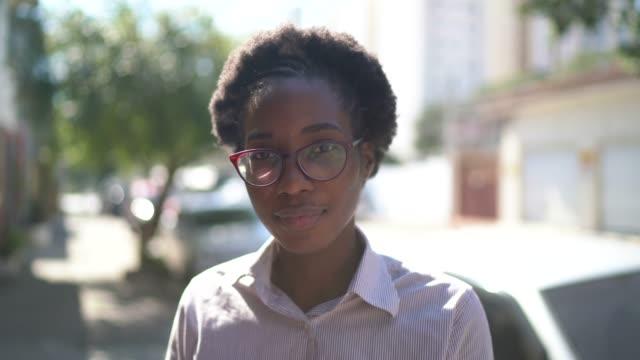 vidéos et rushes de verticale d'une jeune femme dans la rue - quartier