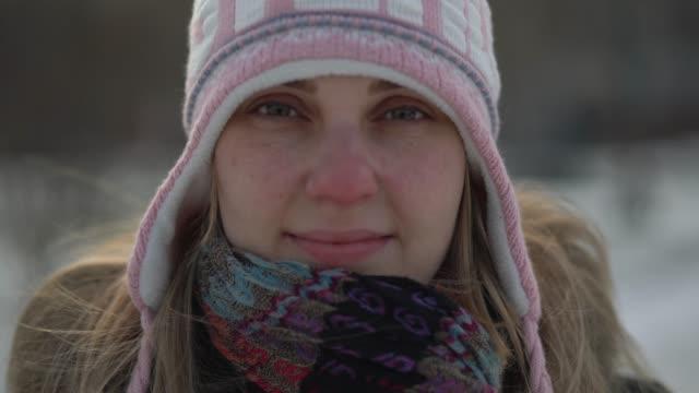 stockvideo's en b-roll-footage met portret van een jonge vrouw te kijken naar de camera in de wintertijd - philadelphia pennsylvania