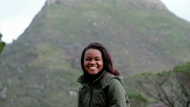 自然の中で屋外の若い女性の肖像画 - 南ア テーブルマウンテン点の映像素材/bロール