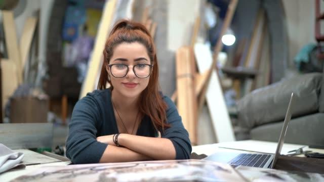 porträt einer jungen frau beim lesen eines katalogs in einer polsterwerkstatt - werkzeug stock-videos und b-roll-filmmaterial