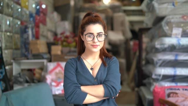 vídeos de stock, filmes e b-roll de retrato de uma mulher nova que está em uma oficina de upholstery - empreendedor