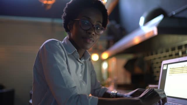 vídeos de stock, filmes e b-roll de retrato de uma jovem usando laptop em um restaurante - trabalho de freelancer
