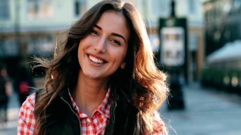vídeos y material grabado en eventos de stock de retrato de una mujer joven  - mujer bella