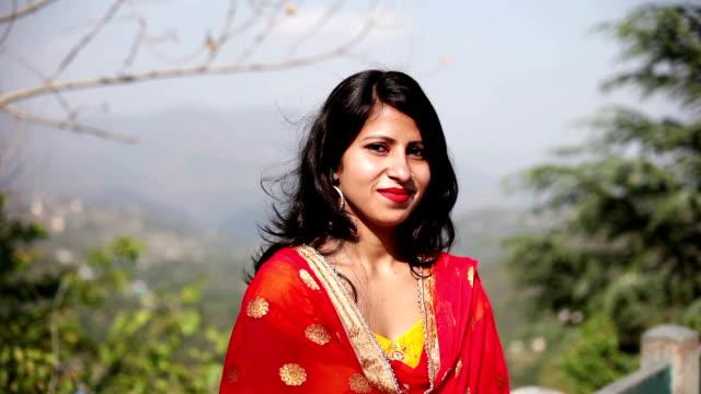 vídeos de stock, filmes e b-roll de retrato de uma mulher jovem - povo indiano