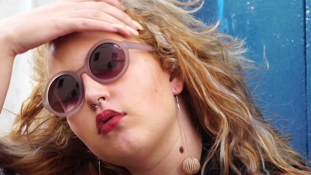 vídeos de stock, filmes e b-roll de retrato de uma jovem usando óculos escuros - óculos escuros acessório ocular