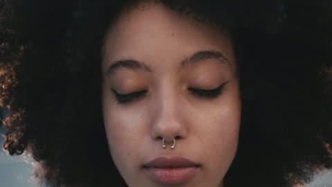 夕暮しの時に街でアフロヘアを持つ若い女性の肖像画 - generation z点の映像素材/bロール