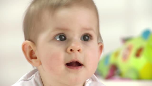 hd: porträt von niedlichen baby-mädchen - arme hoch stock-videos und b-roll-filmmaterial