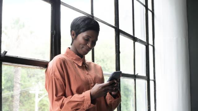 vídeos de stock e filmes b-roll de portrait of african american businesswoman, close up - relação profissional