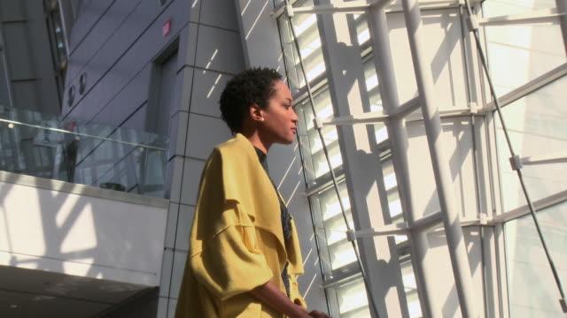 vidéos et rushes de portrait of african american traveler in airport - vue en contre plongée