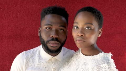 vídeos y material grabado en eventos de stock de portrait of african-american models on red background - cabello negro