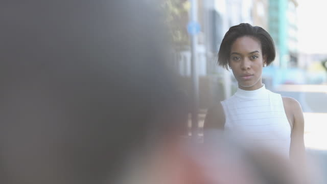 vídeos de stock, filmes e b-roll de portrait of afro american woman - cabelo de comprimento médio
