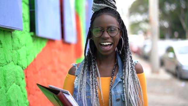 アフロ学生の肖像画 - パルド人点の映像素材/bロール
