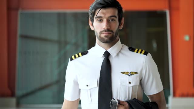 stockvideo's en b-roll-footage met portret van vliegtuigproef die camera bekijkt. - alleen één jonge man