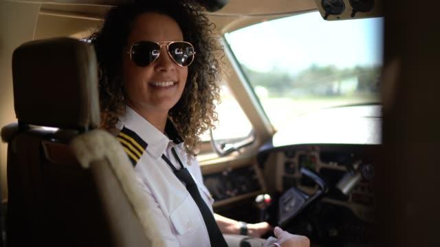 vídeos de stock, filmes e b-roll de retrato do piloto do avião que olha sobre o ombro em um jato confidencial - cabine de piloto de avião