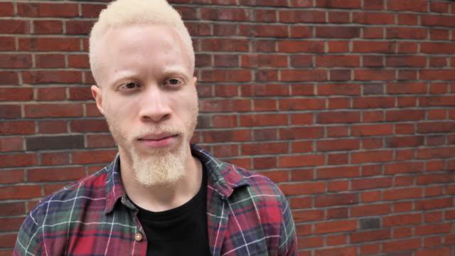 vidéos et rushes de verticale de l'homme millénaire africain albinos - personnes masculines
