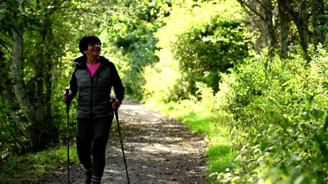 vídeos y material grabado en eventos de stock de retrato de un senderismo activo para adultos mayores - bastón de senderismo