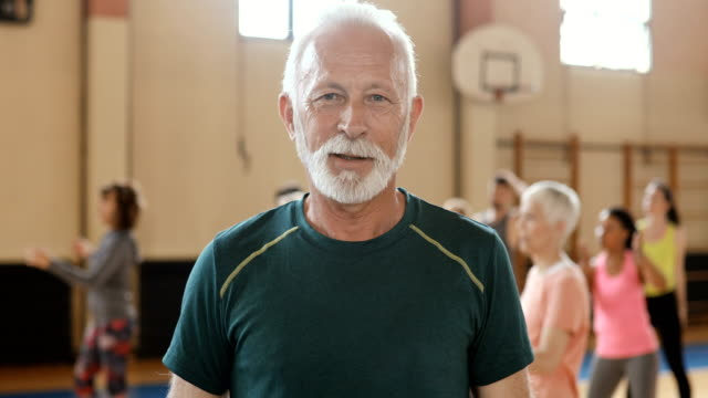 vídeos de stock e filmes b-roll de portrait of an active senior man on a dance class - homens adultos