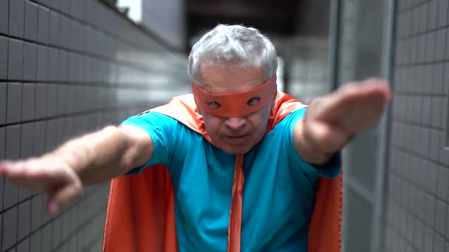 vídeos de stock, filmes e b-roll de retrato de um super-herói homem sênior ativo em casa - super herói