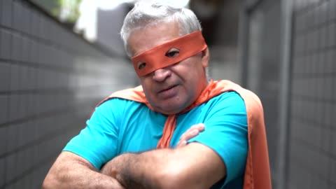 porträtt av en aktiv senior mannen-superhjälte hemma - mod bildbanksvideor och videomaterial från bakom kulisserna