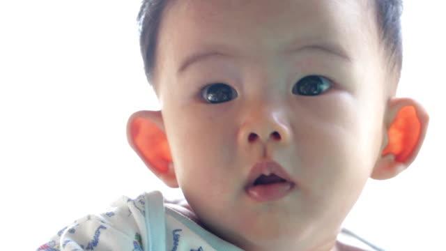 ポートレートの可愛らしい赤ちゃん男の子 - 赤ちゃんのみ点の映像素材/bロール