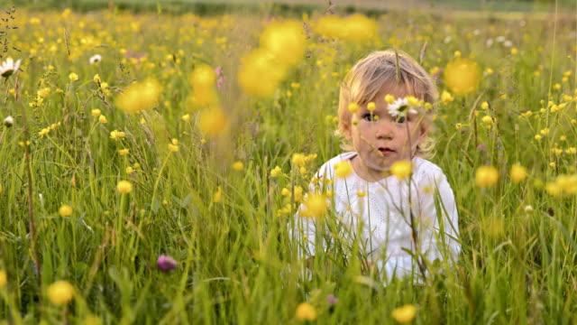 SLO-MO Porträt von einem süßen Kleines Mädchen im Gras