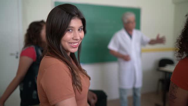 vídeos de stock, filmes e b-roll de retrato de um aluno adulto na sala de aula - universidade comunitária