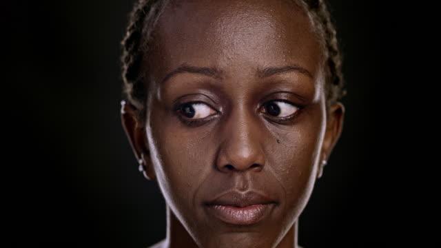 vídeos de stock, filmes e b-roll de retrato de mulher afro-americana em movimento seus olhos - olhando ao redor