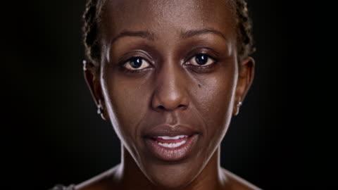 vídeos de stock, filmes e b-roll de retrato de mulher afro-americana falando - black background