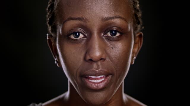 vídeos de stock, filmes e b-roll de retrato de mulher afro-americana falando - fundo preto