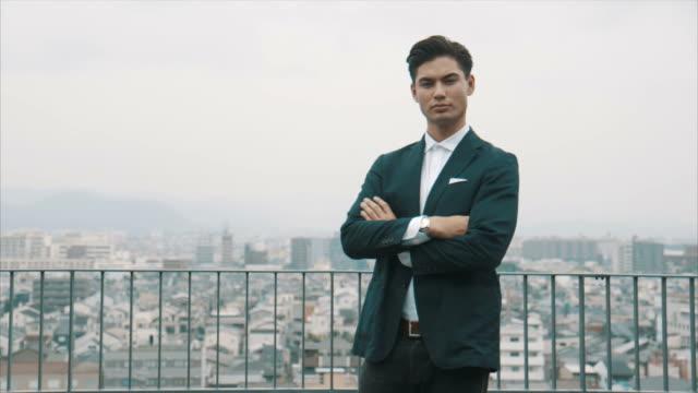 vidéos et rushes de portrait d'un homme d'affaires asiatique (ralenti) - tenue habillée