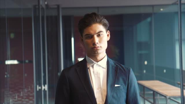 Portret van een Aziatische zakenman (slow motion)