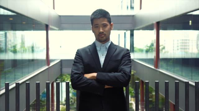 ritratto di un uomo d'affari asiatico - solo giapponesi video stock e b–roll