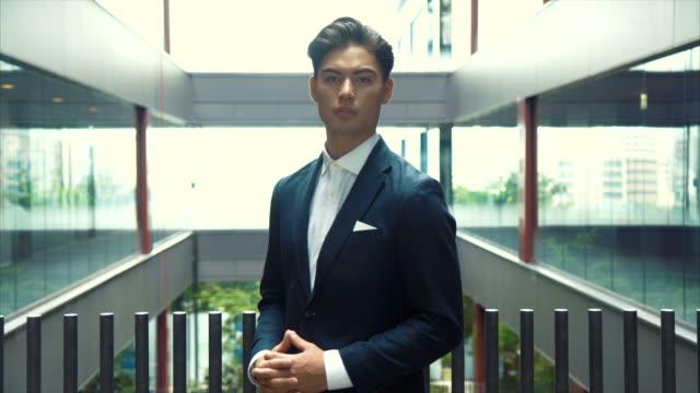アジアの実業家の肖像画 - 腕組み点の映像素材/bロール
