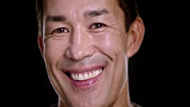 Retrato de homem asiático com grande sorriso na sua cara