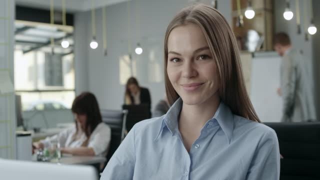 vídeos de stock, filmes e b-roll de retrato de um atraente jovem empresária - atitude