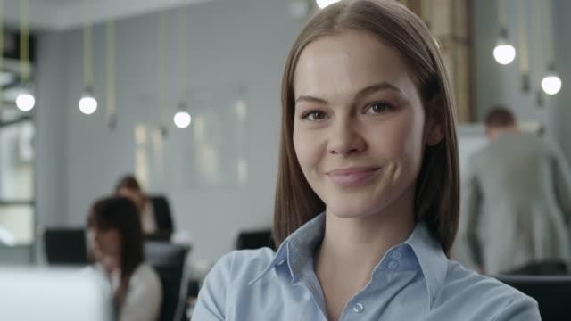 porträt von eine attraktive junge geschäftsfrau - selbstvertrauen stock-videos und b-roll-filmmaterial