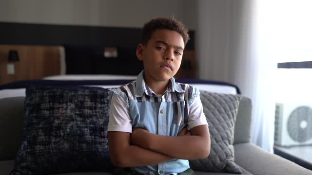vidéos et rushes de portrait d'un garçon sérieux à la maison - un seul petit garçon
