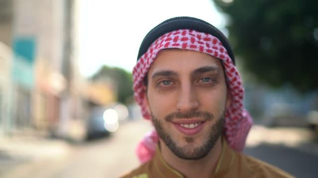 vídeos de stock e filmes b-roll de portrait of arab middle east man at street - arábia saudita