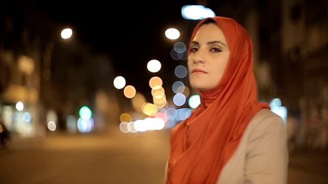 stockvideo's en b-roll-footage met portret van arabische vrouw op straat - midden oosterse etniciteit