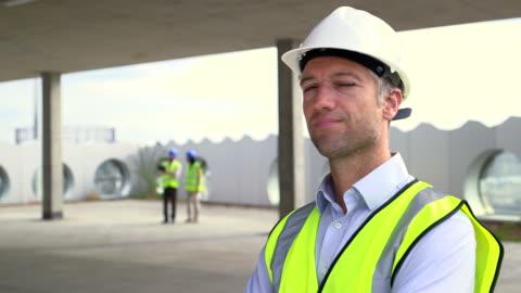 vídeos y material grabado en eventos de stock de portrait of architect man - casco herramientas profesionales