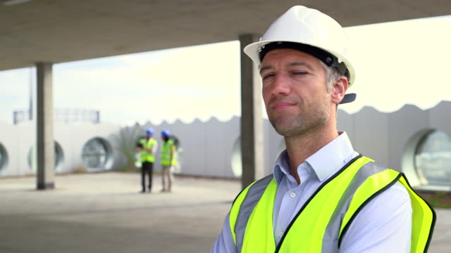 vidéos et rushes de portrait of architect man - chantier de construction