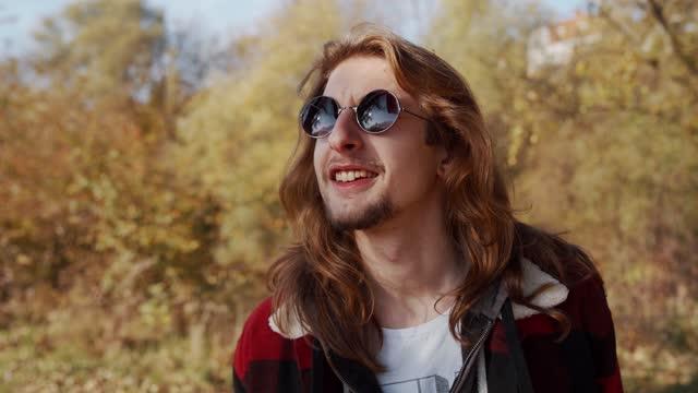 vídeos y material grabado en eventos de stock de retrato de joven artístico con gafas de sol - gafas de sol